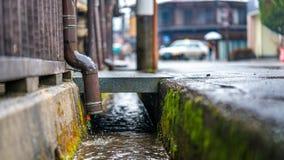 Esgoto do fluxo do dreno das águas residuais foto de stock