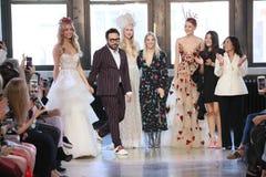 Esigners en de modellen lopen de baan tijdens de Watters-de Lente van 2019 Bruids modeshow stock fotografie
