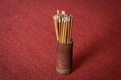 Esiimsi en bambou dans la boîte sur le tapis rouge, équipement de prévision d'horoscope Photo stock