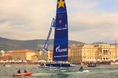 Esimit Europa 2 vinnaren av regattan för 46° Barcolana, Triest Arkivfoto