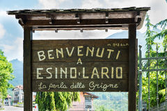 Esino Lario (913 m), Italie, signe de touristes à l'entrée du village Photographie stock libre de droits