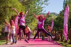 ESKÄ°SEHÄ°R, TURKEY-OCTOBER 1,2016: Девушки скачут с приветственным восклицанием стоковые изображения rf