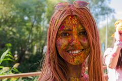 ESKÄ°SEHÄ°R, TURKEY-OCTOBER 1,2016: Attender показывает ей colore стоковое фото rf