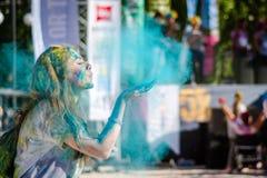 ESKÄ°SEHÄ°R, 1,2016 TURKIJE-OKTOBER: Het mooie Meisje blaast de verf royalty-vrije stock afbeelding