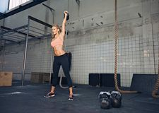 Żeńska atleta w crossfit treningu Obraz Stock
