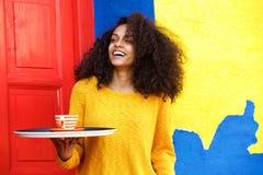 Żeńska kelnerka z tacą w coffeeshop Obrazy Royalty Free