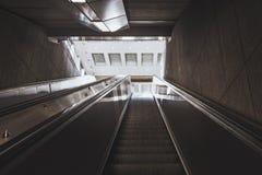 Eskalatorów schodki iść w górę wyjścia w kierunku fotografia royalty free