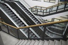 eskalatorów schody. obrazy stock