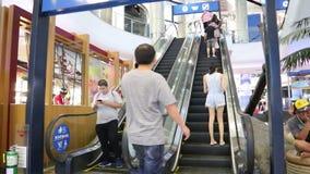 Eskalator i ludzie w terminatora 21 centrum handlowym przy Asoke złączem Sukhumvit drogowy Bangkok Tajlandia zdjęcie wideo