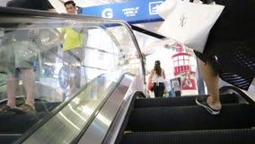 Eskalator i ludzie w terminatora 21 centrum handlowym przy Asoke złączem Sukhumvit drogowy Bangkok Tajlandia zbiory