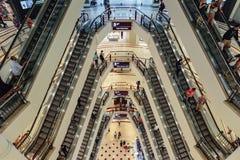 Eskalator który przeglądał z wierzchu wydziałowego sklepu w Kuala Lumpur, Malezja Obrazy Stock