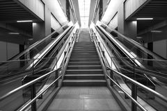 Eskalator przy MRT stacją - Mszalny Błyskawiczny transport w Malezja Obraz Stock