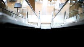 Eskalator w centrum handlowego zakończeniu zdjęcie wideo