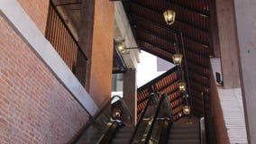 Eskalator w w górę i na dół zakupy centrum handlowego zbiory