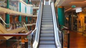 Eskalator w nowożytnym centrum handlowym zbiory