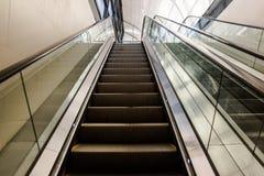 Eskalator w nowożytnym budynku lub centrum biznesu miasto obraz royalty free