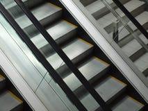 Eskalator w zakupy centrum handlowym Obrazy Royalty Free