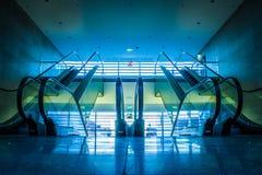 Eskalatory w nowożytnym budynku Zdjęcia Royalty Free