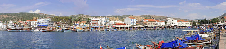ESKI-FOCA, IZMIR, TURKIJE - JUNI 08, 2014: Eski Foca-de baai documentair panorama van het stadscentrum Stock Fotografie