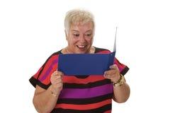 Żeński starszy patrzeje oświadczenie konto Fotografia Royalty Free