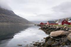 Eskifjörður lub także Eskifjördur, jesteśmy portem w Easter i miasteczkiem Obrazy Royalty Free