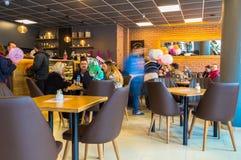 Eskisehir, Турция - 15-ое апреля 2017: Люди сидя в магазине кафа Стоковые Фотографии RF