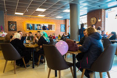 Eskisehir, Турция - 15-ое апреля 2017: Люди сидя в магазине кафа Стоковое Изображение RF