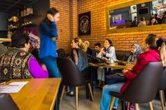 Eskisehir, Турция - 15-ое апреля 2017: Люди сидя в магазине кафа Стоковые Изображения RF