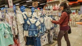 Eskisehir, Турция - 8-ое апреля 2017: Молодые женские покупки клиента в магазине магазина младенца в Eskisehir Стоковое Изображение