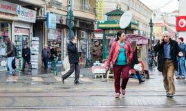 Eskisehir, Турция - 13-ое марта 2017: Люди идя в улицу Стоковые Изображения