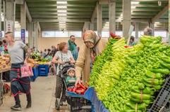 Eskisehir, die Türkei - 15. Juni 2017: Leute am traditionellen typischen türkischen Lebensmittelgeschäftbasar in Eskisehir, die T Lizenzfreies Stockbild