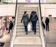 Eskisehir, die Türkei - 13. März 2017: Zwei Frauen, welche die Treppe klettern Lizenzfreie Stockfotos
