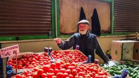 Eskisehir, die Türkei - 25. Mai 2017: Älterer Mann, der Tomaten und Gurken im türkischen lokalen Basar in Eskisehir verkauft Lizenzfreies Stockfoto