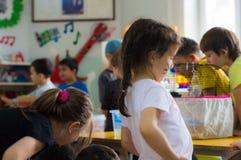 Eskisehir, die Türkei - 5. Mai 2017: Vorschulkinder, die ein Tiertagesereignis im Kindergarten beachten Lizenzfreie Stockfotos