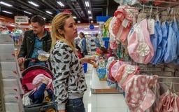 Eskisehir, Turchia - 8 aprile 2017: Clienti che cercano i prodotti del bambino nel deposito del negozio del bambino a Eskisehir Immagini Stock