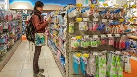 Eskisehir, Turchia - 8 aprile 2017: La giovane donna in bambino fornisce la sezione in un supermercato a Eskisehir, Turchia fotografie stock