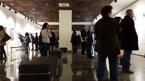 Eskisehir, Turchia - 4 marzo 2017: La gente che visita la mostra di Salvador Dali archivi video