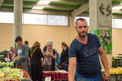 Eskisehir Turcja, Czerwiec, - 15, 2017: Ludzie przy tradycyjnym typowym Tureckim sklepu spożywczego bazarem w Eskisehir, Turcja obrazy stock