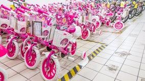 Eskisehir Turcja, Czerwiec, - 05, 2017: Różowi children bicykle dla dziewczyn wystawiać w Carrefour supermarkecie w Eskisehir, Tu Zdjęcie Royalty Free