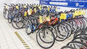 Eskisehir Turcja, Czerwiec, - 05, 2017: Rząd halni bicykle w Carrefour supermarkecie w Eskisehir, Turcja Zdjęcie Royalty Free