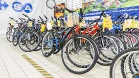 Eskisehir Turcja, Czerwiec, - 05, 2017: Rząd halni bicykle w Carrefour supermarkecie w Eskisehir, Turcja Obraz Royalty Free
