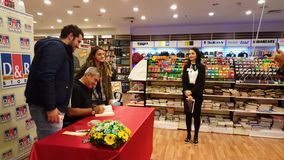 Eskisehir Turcja, Grudzień, - 4, 2016: Sławny Turecki dziennikarz podpisuje jego nową książkę zbiory