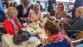 Eskisehir Turcja, Kwiecień, - 08, 2017: Ludzie uczęszcza warsztat dzwonili Arzu'nun Bebekleri przy NeoPlus centrum w Eskisehir Zdjęcie Royalty Free