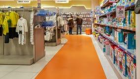 Eskisehir Turcja, Kwiecień, - 08, 2017: Potomstwa dobierają się patrzeć dla dziecko butów w supermarkecie w Eskisehir obraz royalty free