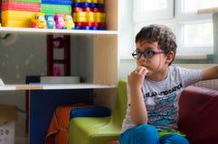 Eskisehir Turcja, Maj, - 05, 2017: Chłopiec siedzi samotnie w sala lekcyjnej Zdjęcie Royalty Free