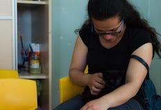 Eskisehir Turcja, Maj, - 05, 2017: Kobieta trzyma czarnej kiciuni w jej rękach w dzieciniec sala lekcyjnej obrazy stock