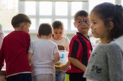 Eskisehir Turcja, Maj, - 05, 2017: Preschool dzieciaki uczęszcza zwierzęcy dnia wydarzenie w dziecinu z barwioną twarzą Fotografia Stock