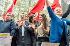 Eskisehir Turkiet - April 15, 2017: Borgmästare av den Tepebasi kommunen som visar med folk för folkomröstningen Arkivfoton