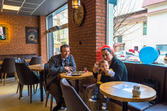 Eskisehir Turkiet - April 15, 2017: Familjsammanträde i ett kafé shoppar Arkivfoto