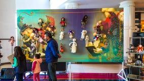Eskisehir Turkiet - April 08, 2017: Folket som deltar i en utställning, kallade Arzu'nun Bebekleri på den NeoPlus mitten i Eskise Arkivbild